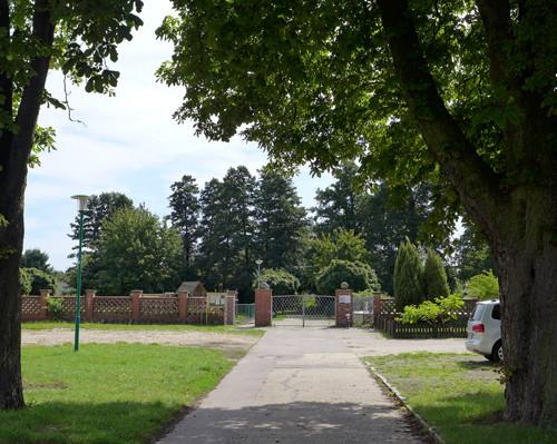 Eingang und Parkplatz